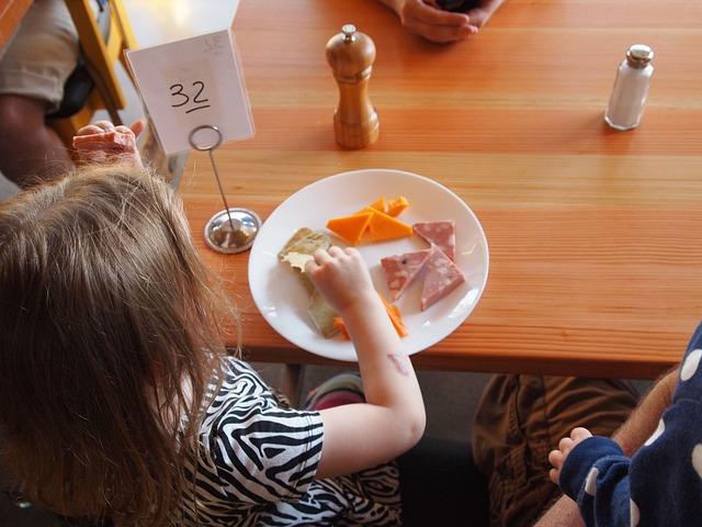 child-eating-881200_640