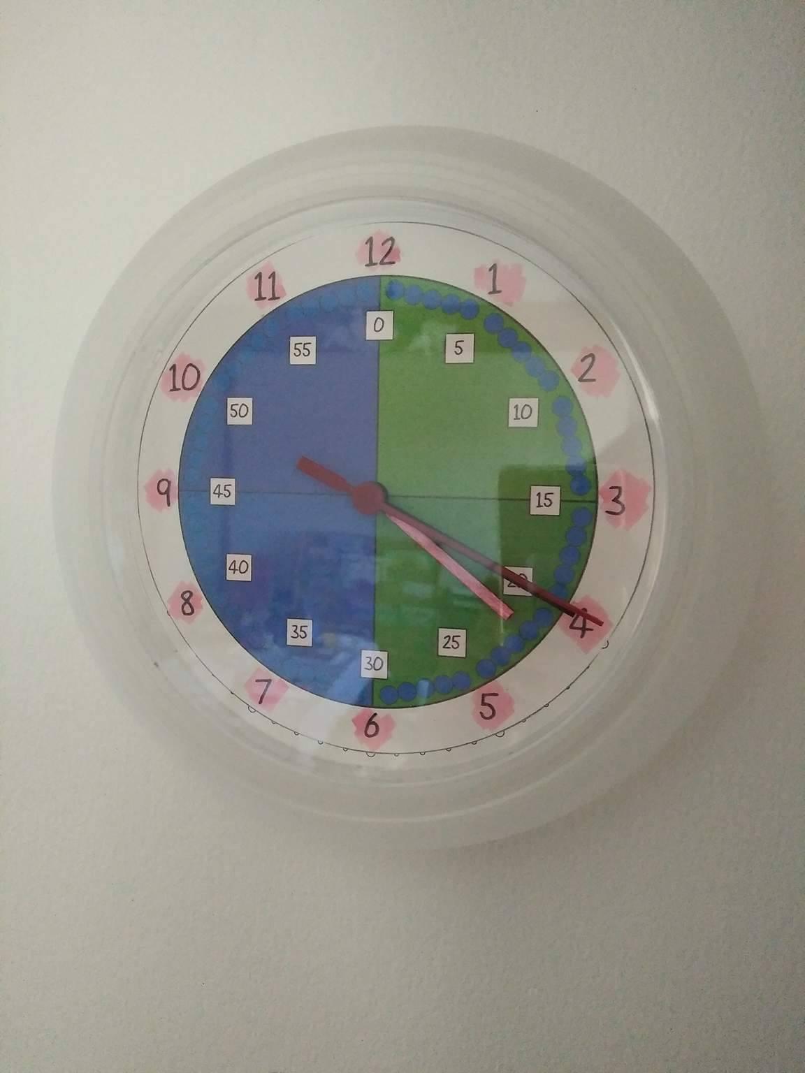 horloge pour apprendre lire l 39 heure et b b grandit en unschooling. Black Bedroom Furniture Sets. Home Design Ideas